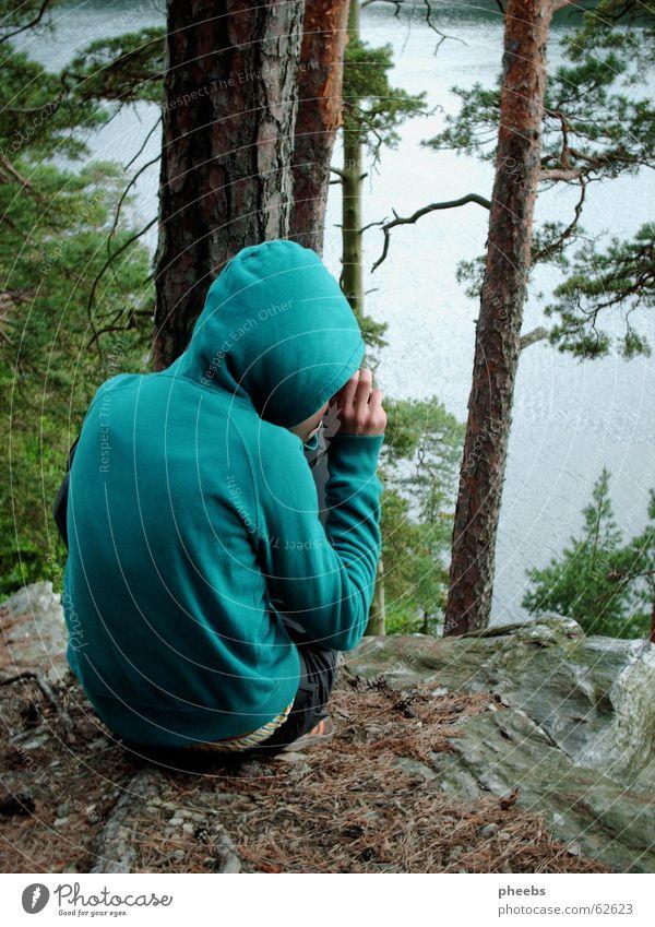 ein kleiner fotografierender türkiser kapuzen kobold Wald grün Kapuze See Fotograf Fotografieren Hose Blatt braun Baumstamm Sonnenuntergang Stein Felsen