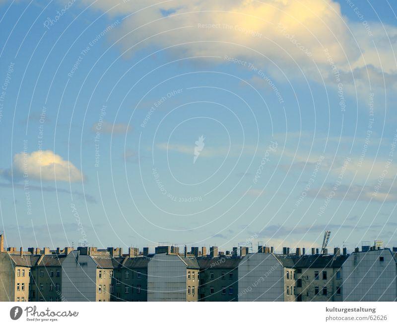 Häuserfront Berlin Prenzlauer Berg Himmel Sonne Stadt Sommer Ferien & Urlaub & Reisen Haus Wolken Fenster Schornstein Häuserzeile Brandmauer Pankow