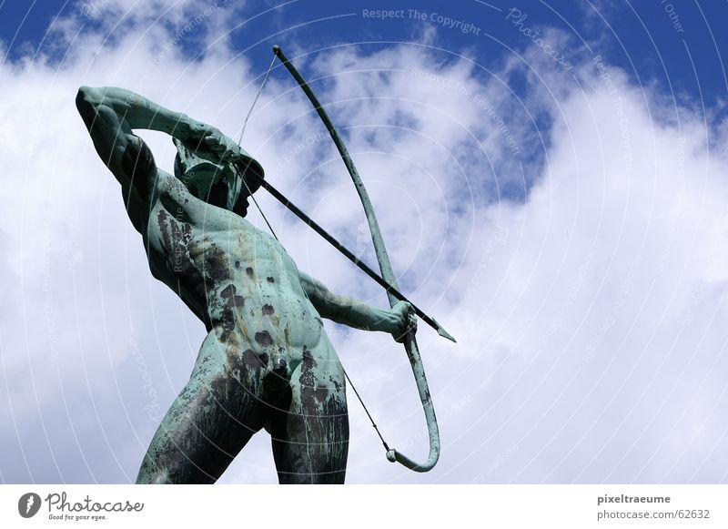 Wolkenschütze Bogenschütze schießen zielen Skulptur Dresden nackt Mann Himmel Verabredung alt Vergangenheit Muskulatur Pfeil treffsicher