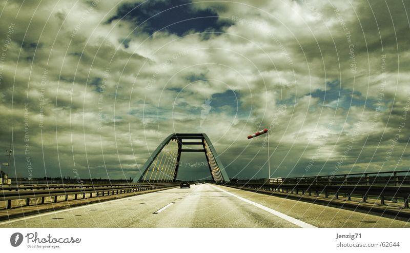 Himmelfahrt. Wolken Straße PKW Wind Verkehr Brücke fahren Autobahn Fahrzeug Brückengeländer Leitplanke Windsack