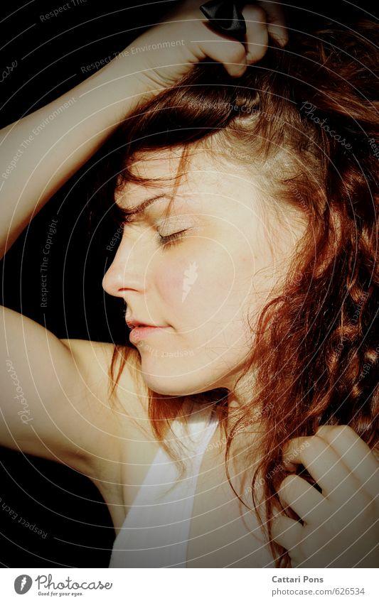 Listening to the silence feminin Junge Frau Jugendliche Erwachsene 1 Mensch 18-30 Jahre langhaarig Locken berühren Erholung genießen träumen einfach schön