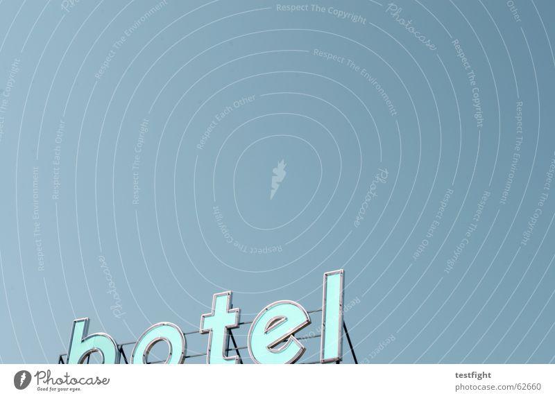 unterwegs Himmel Ferien & Urlaub & Reisen blau Sommer Erholung Freude Schilder & Markierungen frei Tourismus Schriftzeichen schlafen Wolkenloser Himmel Hotel