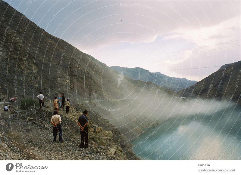 Aufsteigender Nebel Publikum Mensch Staub mystisch See stehen fog warten Berge u. Gebirge hills hände auf dem rücken