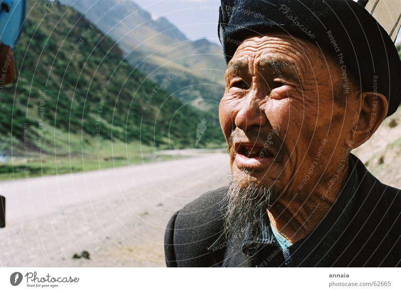 Alter Mann Mensch alt Straße sprechen Tod Berge u. Gebirge Bart Falte Großvater Kinnbart herzbewegend Kirgisistan trampen