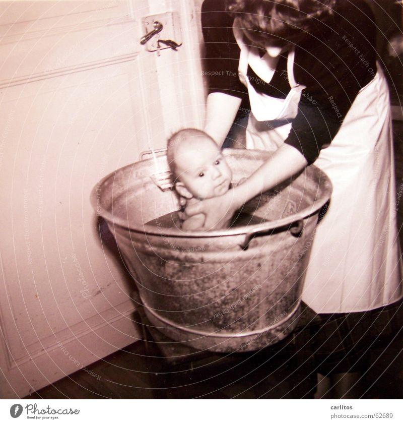 Samstag ist Badetag Kind Glück Mutter Schwimmen & Baden Familie & Verwandtschaft Geborgenheit Sohn Mittelformat Fünfziger Jahre Eltern Waschzuber