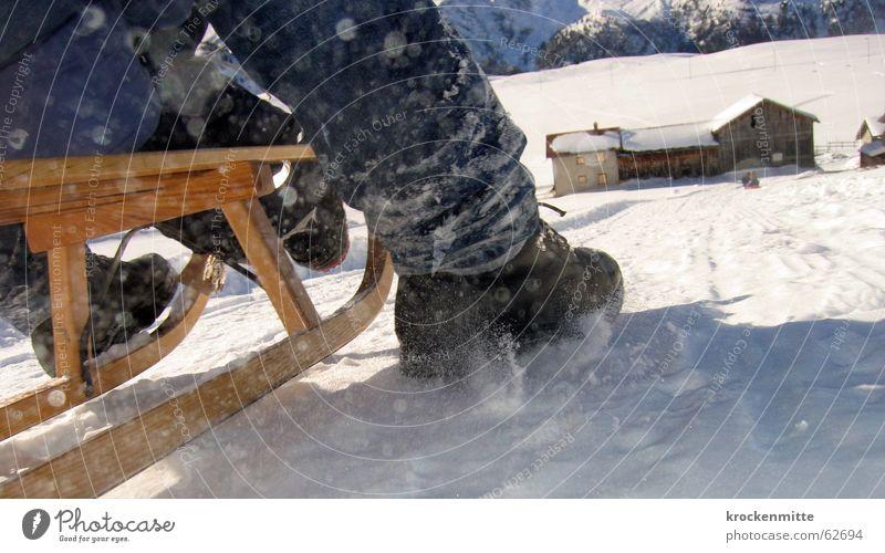 knirschende Kufen Freude Winter Schnee Schuhe Geschwindigkeit Eile Bauernhof Schweiz abwärts Wintersport Bremse Schlitten Skipiste Talfahrt Rodeln