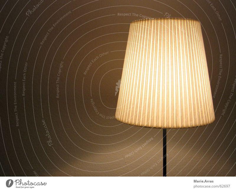 Heimelig Licht Lampe Lampenschirm heimelig braun Stehleuchte Stehlampe Leuchtkraft Abenddämmerung Schatten
