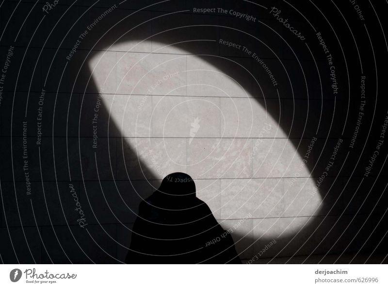 Ein  Schattenmann als Silhouette von Sonnen - Licht, Schatten gezeichnet. Um ihn herum ist alles schwarz. Design harmonisch Tourismus androgyn Mann Körper Kunst