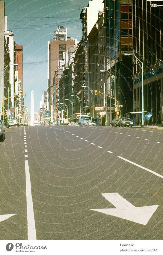 Leere Straße Allee Stadt Gebäude Haus Argentinien PKW Verkehr Obelisk Pfeil Zeichen Signal Kabel Leitung Südamerika street avenue car traffic building arrow