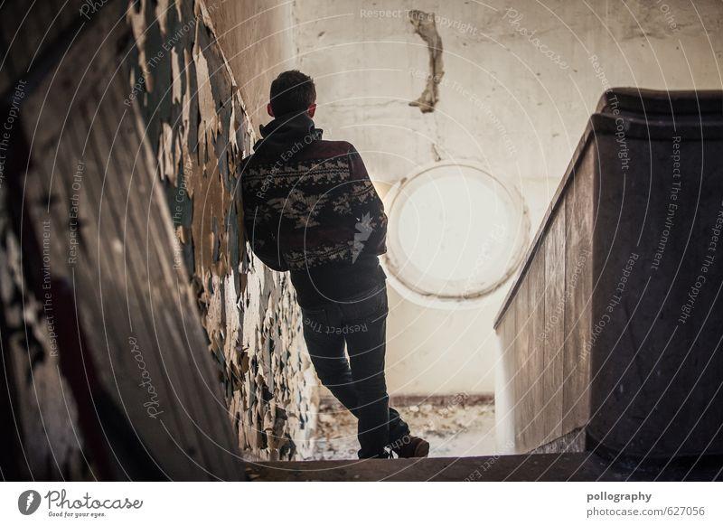 Kristof (4) Mensch Jugendliche Mann 18-30 Jahre Junger Mann Fenster Erwachsene Wand Leben Traurigkeit Mauer Gebäude Mode Fassade maskulin Treppe
