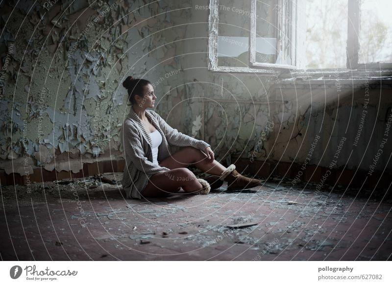 hell erleuchtet Mensch feminin Junge Frau Jugendliche Erwachsene Leben Körper 1 18-30 Jahre Haus Mauer Wand Fenster Mode T-Shirt Pullover Fell Stiefel
