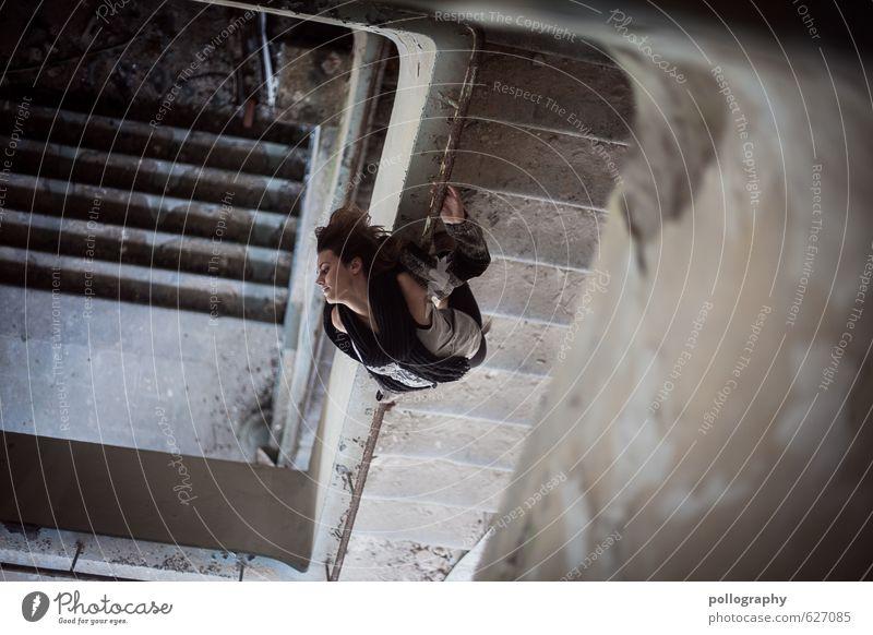 verdrehte Welt (2) Mensch Frau Jugendliche alt Junge Frau 18-30 Jahre Erwachsene Wand Leben Gefühle feminin Mauer Lifestyle Treppe Körper kaputt