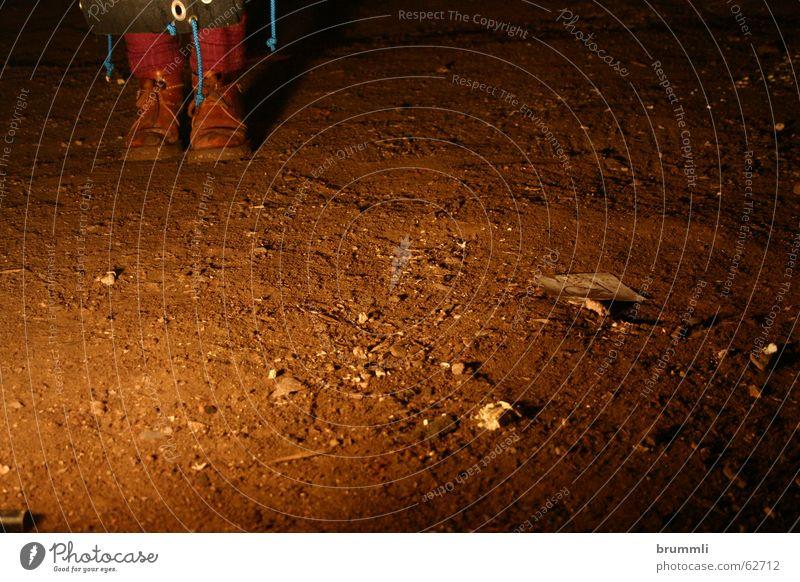 Auftritt Bem Bühne Wanderschuhe absurd reduzieren Kunst Kultur Scheinwerfer Nacht Nachtlicht mystisch Nachtwanderung Graben entdecken Nachtaufnahme Straßenbahn