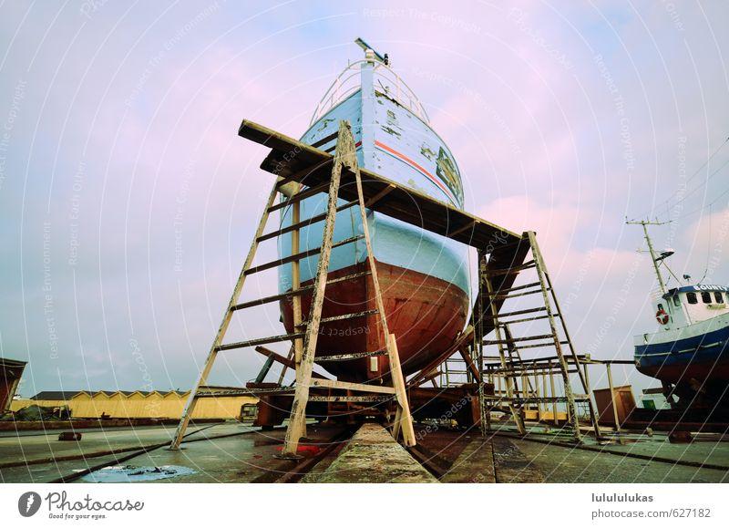 das ist ein boot. Leiter Baugerüst Schifffahrt Fischerboot Hafen Trockendock Arbeit & Erwerbstätigkeit alt dreckig einzigartig blau rot Kraft Vorsicht Abenteuer