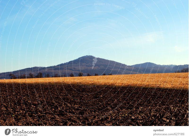 Erntezeit Himmel Natur blau Pflanze Einsamkeit Landschaft ruhig Ferne Umwelt Berge u. Gebirge braun Horizont Stimmung Feld Erde gold