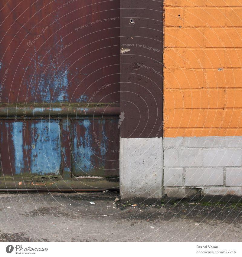 Vollpfosten Industrie Stadt Mauer Wand Straße Stein Beton Metall Rost Linie alt dreckig blau braun gelb grau weiß Schiebetor Asphalt Pfosten Ecke rechtwinklig