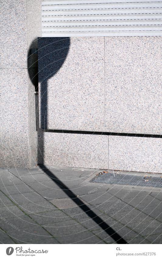 auf der straße Haus Mauer Wand Fassade Fenster eckig trist Stadt grau Langeweile Sehnsucht Fernweh Einsamkeit Bürgersteig Schilder & Markierungen Verkehrsschild