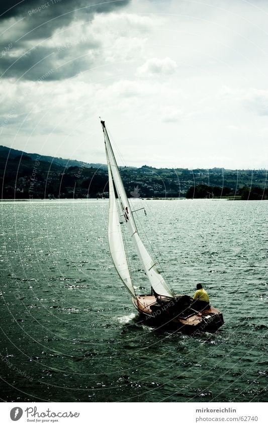 LOST Segeln Segelboot Meer dunkel bedrohlich Einsamkeit Geschwindigkeit Selbstvertrauen See Wasserfahrzeug Wolken Sturm stürmig Angst Kraft Wind Sport alingi