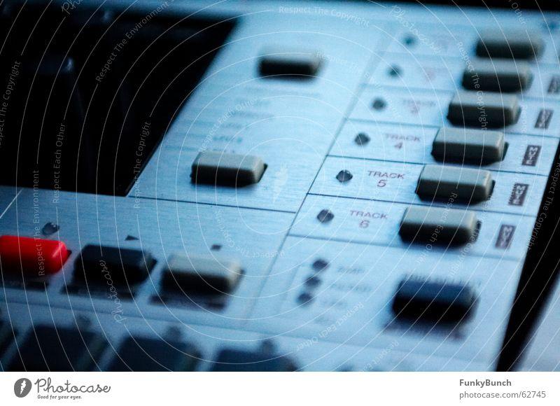 monomachine im monitorlicht Synthesizer Diskjockey elektronisch Musik Werkstatt sehr wenige synth electro sequenzer sequencer Ton Klang Technik & Technologie