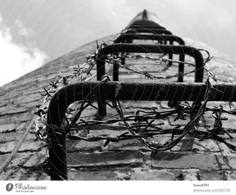 Into the Sky Himmel Backstein Stacheldraht aufsteigen verfallen Bahnhof Schwarzweißfoto sky Schornstein chimney Leiter aufwärts verhindern