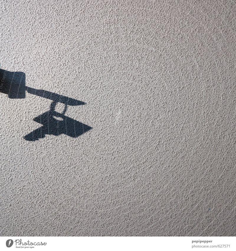 400 - schlüsselreiz Häusliches Leben Wohnung Haus Wand Gebäude Mauer Fassade Zeichen hängen Sicherheit schatten Schwarzweißfoto Innenaufnahme Nahaufnahme