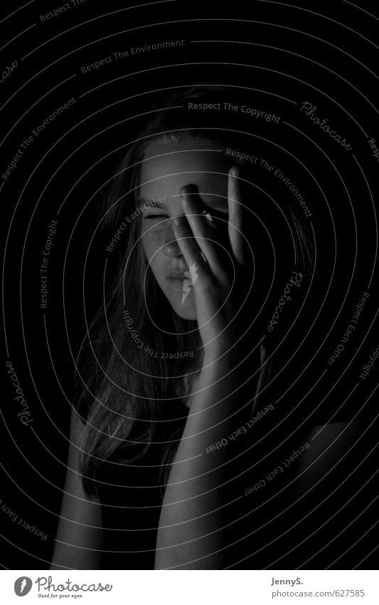 Durchblick Mensch feminin Mädchen Jugendliche 1 13-18 Jahre Kind beobachten grau schwarz weiß Interesse Konzentration Körpersprache Schwarzweißfoto