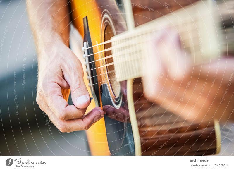 Gitarrist Spielen Musik Hand Konzert Gitarre kühlende Gitarre pflücken Streicher Musiknoten Schnur Hinweis Menschen live Country-Musiker Land land und westlich