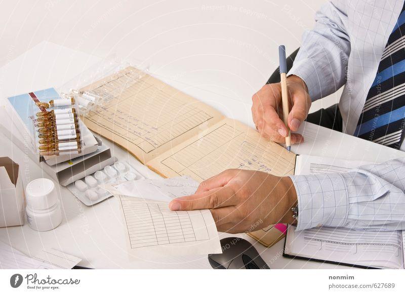 Mensch Mann Hand Erwachsene Gesundheit Arbeit & Erwerbstätigkeit Gesundheitswesen Büro Papier Beruf schreiben Hemd Schriftstück Kontrolle Rauschmittel Medikament
