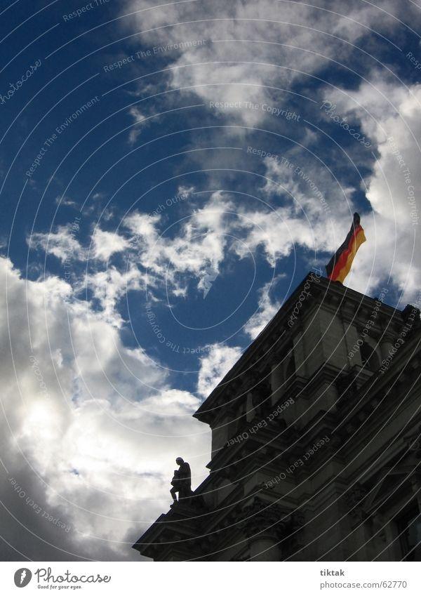 Reichstag im Dunkeln Sonne blau Wolken dunkel Berlin oben grau Deutschland Fahne Sturm Statue Vergangenheit historisch Politik & Staat wehen dramatisch