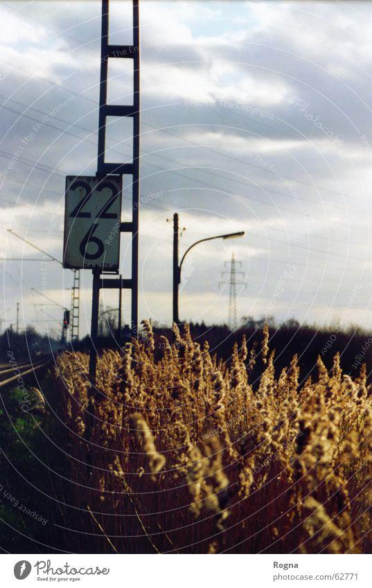 Abschitt 22/6 Ziffern & Zahlen Eisen Wolken Lampe Laterne Gleise Strommast number Metall Landschaft Eisenbahn train Mauer