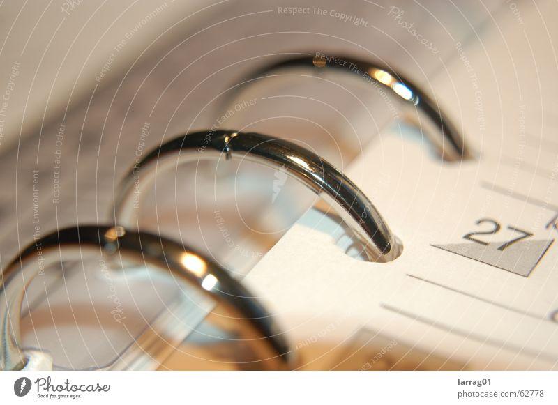 zeit ist relativ Kalender Makroaufnahme Detailaufnahme Bildausschnitt Metallring Chrom Ziffern & Zahlen planen Management Business Ringbuchordner