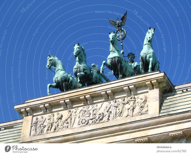 Viergespann. Pferd Relief Unter den Linden Pariser Platz Europa Pferdekutsche Adler Bronze grün Wahrzeichen Kunst Himmel Brandenburger Tor Deutschland Berlin