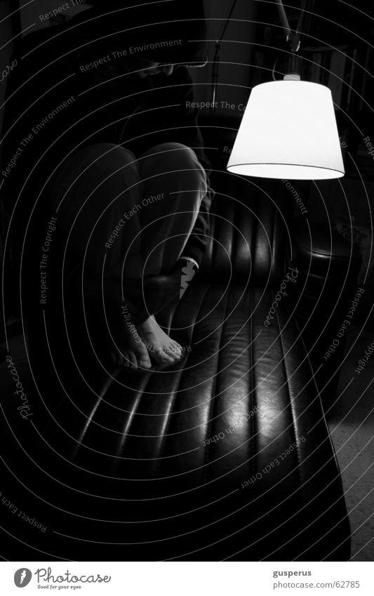 man, ist das finster!!! schwarz weiß Lampe Sessel Leder ruhig Denken Fuß man sieht nix oder doch lad es dir nachdenken black white lamp chair leather silence
