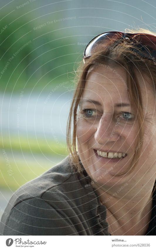 glückliche reife frau mit freudigem lächeln Freude Glück Frau Erwachsene Gesicht 1 Mensch 45-60 Jahre Sonnenbrille Erholung Lächeln Zufriedenheit Lebensfreude
