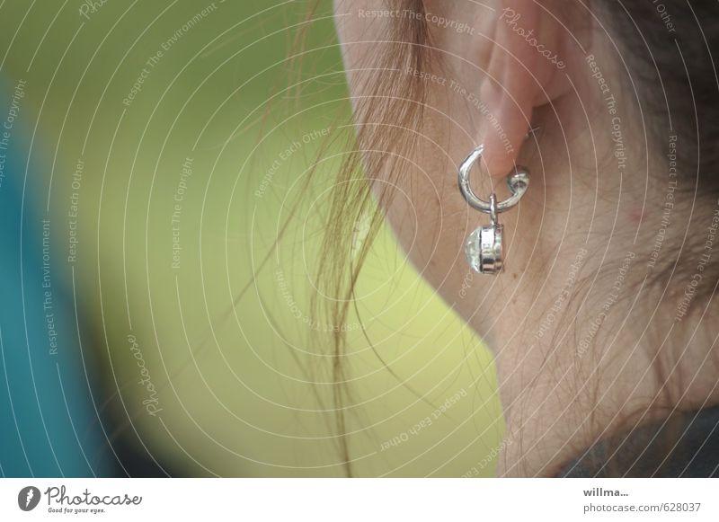 ohrring Frau Erwachsene Ohr Hals Schmuck Ohrringe brünett authentisch Haarsträhne Farbfoto Außenaufnahme Textfreiraum links Blick nach hinten