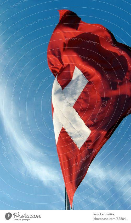 quadratisch, praktisch, gut Himmel weiß rot Wolken Wind Rücken Fahne Schweiz wehen Fahnenmast flattern Patriotismus Schweizerflagge Eidgenosse
