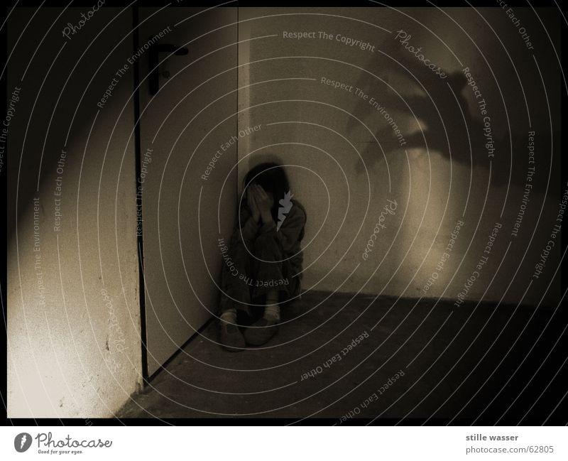 ANGST Kind Einsamkeit dunkel kalt grau träumen Angst gruselig trashig verstecken Verzweiflung Geister u. Gespenster Panik weinen Keller Krallen