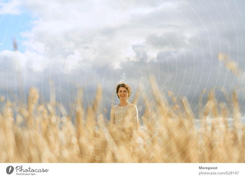Mensch Himmel Natur Jugendliche blau schön Pflanze Sonne Junge Frau Landschaft 18-30 Jahre gelb Erwachsene Umwelt Wärme feminin