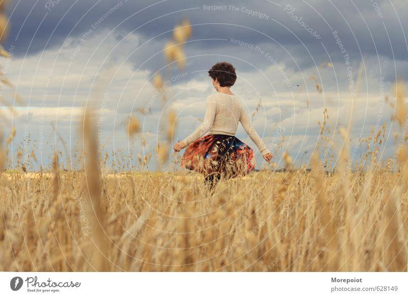 Mensch Himmel Natur Jugendliche blau schön Pflanze Junge Frau Landschaft Freude 18-30 Jahre gelb Erwachsene Umwelt Wärme Gefühle