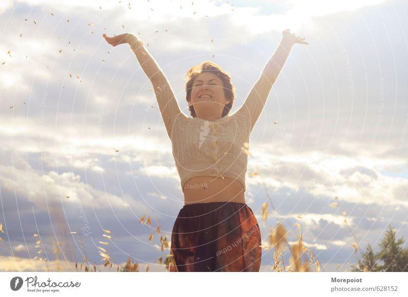 Mensch Himmel Natur Jugendliche blau schön Pflanze Sommer Sonne Junge Frau Landschaft Freude 18-30 Jahre Erwachsene Umwelt feminin