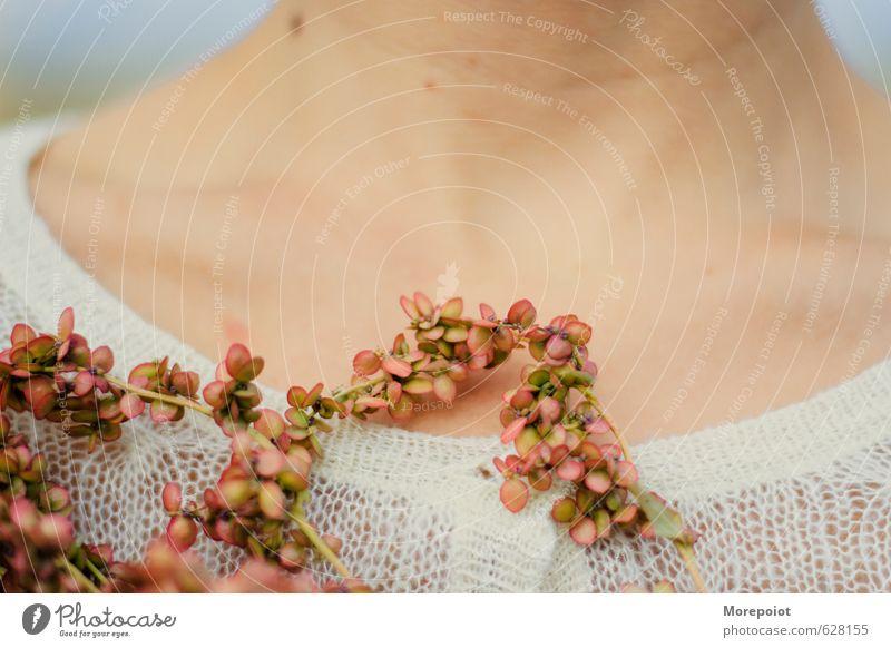 Mensch Jugendliche schön Blume 18-30 Jahre Erotik Erwachsene Wärme feminin stehen weich Hals Pullover Sexualität sensibel Schlüsselbein
