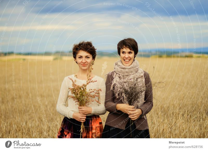 Mensch Himmel Natur Jugendliche blau Pflanze Junge Frau Blume Landschaft Wolken Freude 18-30 Jahre gelb Erwachsene Umwelt Wärme