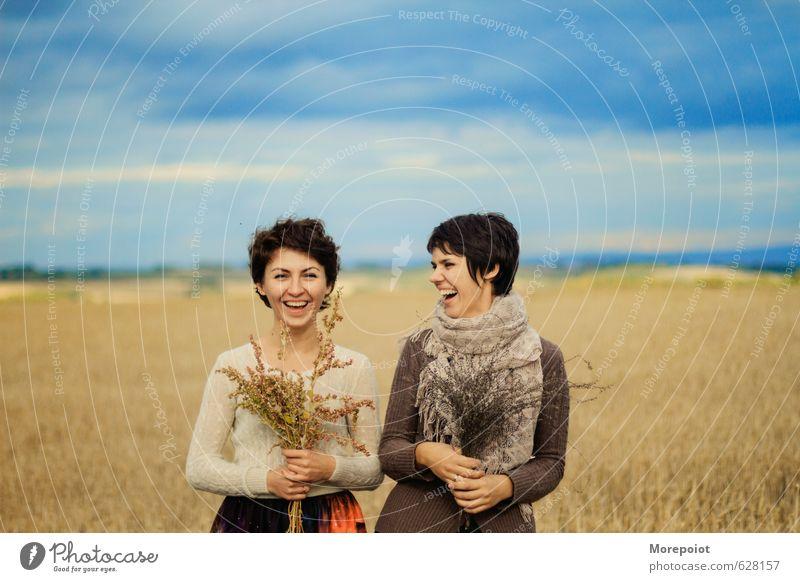 Lächeln elegant Stil Freude Sommer Sonne Mensch feminin Junge Frau Jugendliche Freundschaft Paar Erwachsene Kopf Arme Hand 2 18-30 Jahre Natur Landschaft