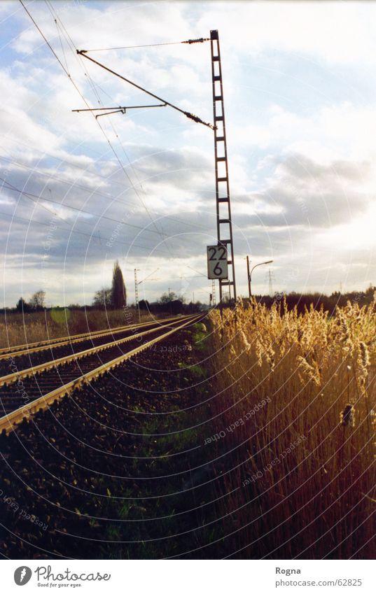 Abschnitt 22/6/2 Ziffern & Zahlen Eisen Wolken Lampe Gleise Strommast number Metall Landschaft Eisenbahn train Mauer