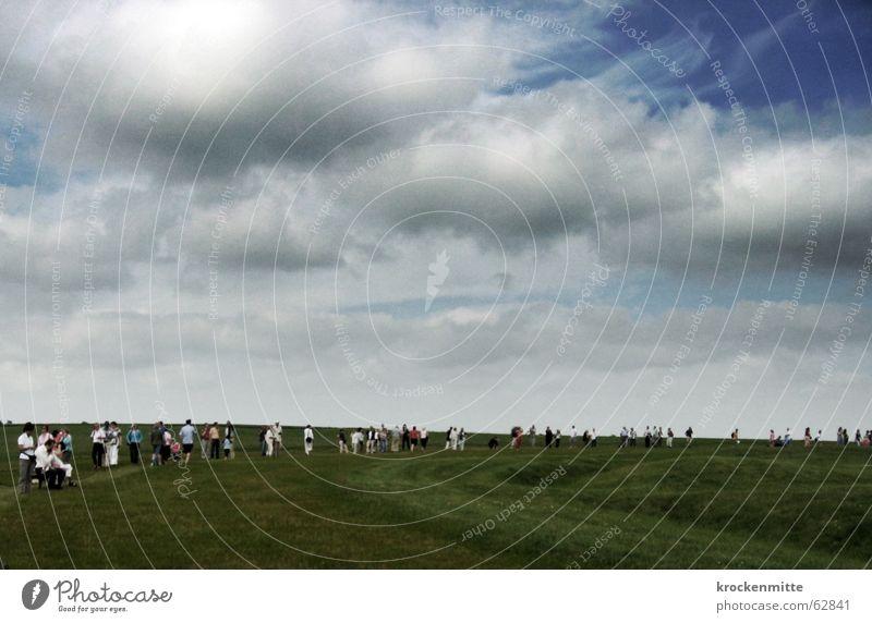 steine schauen Wolken Wiese Mensch Anhäufung Blick Tourist England Stonehenge Megalithmonument Kreis mystisch geheimnisvoll Attraktion dunkel Gewitterwolken