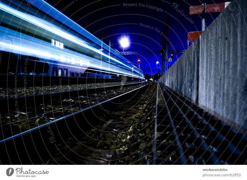 Nachtzug. blau Beleuchtung Eisenbahn Geschwindigkeit lang