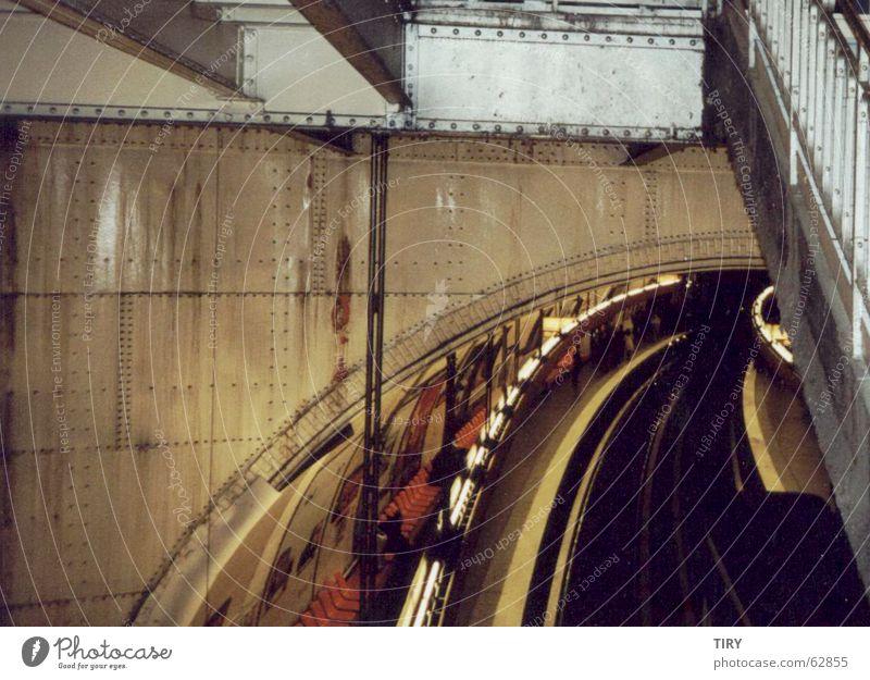 Metro_Paris U-Bahn Stahl Bahnsteig eng vernietung Traurigkeit