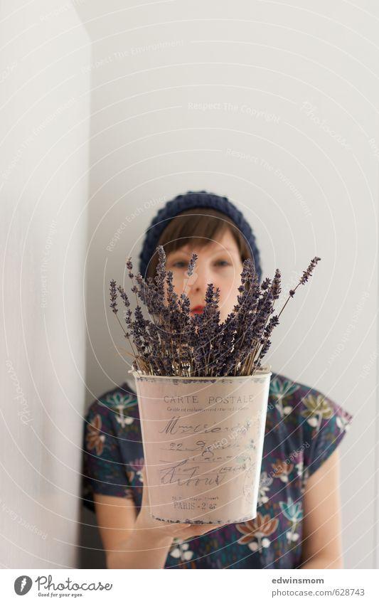 Lavendel... für dich. Mensch Jugendliche schön Pflanze Sommer Hand Junge Frau Blume ruhig Erwachsene feminin natürlich elegant blond warten beobachten