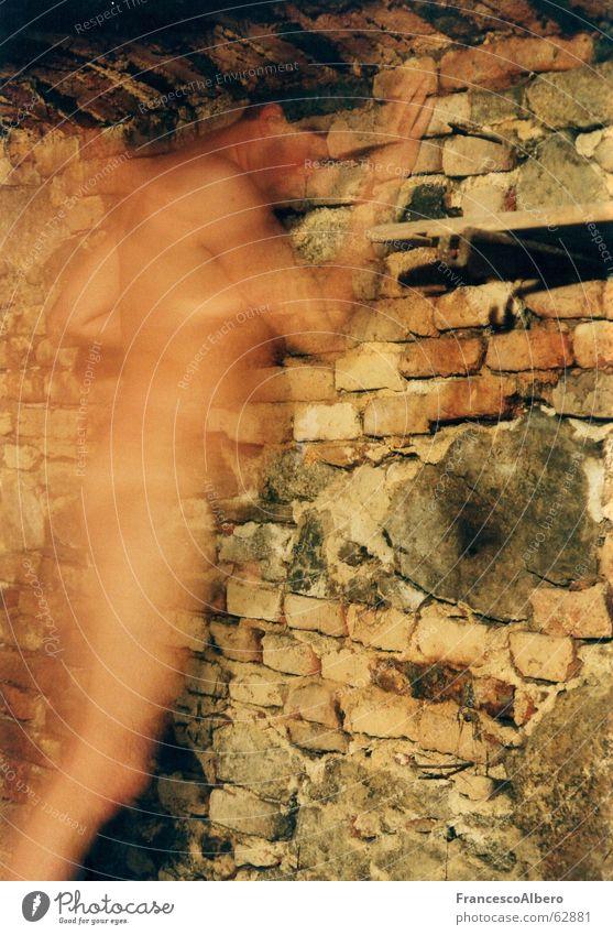 Der transparente Mensch Mann nackt Bewegung Stein Mauer geheimnisvoll durchsichtig Akt Geister u. Gespenster schemenhaft Keller