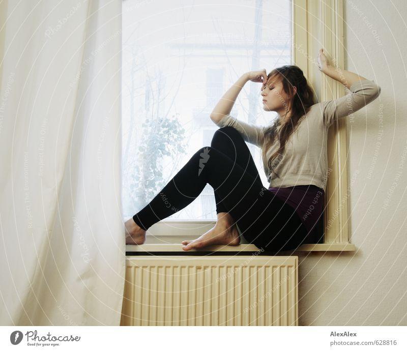 Im Rahmen Jugendliche schön Junge Frau 18-30 Jahre Erwachsene Fenster feminin Bewegung Sport Beine Fuß Kraft blond sitzen groß ästhetisch